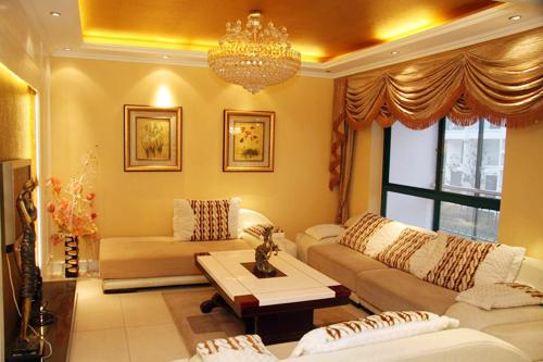 金色的电视背景墙镶嵌在纯白色木框板材