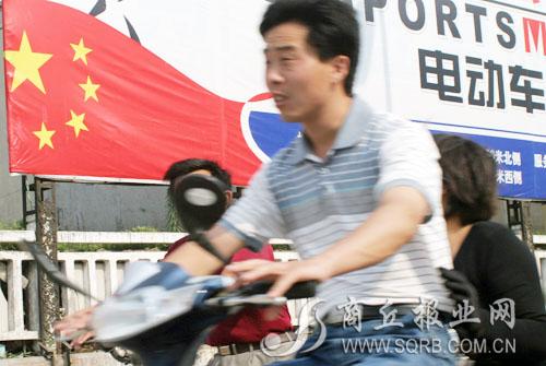 记者查阅了《中华人民共和国国旗法》,其中第十八条规定:  国旗及其