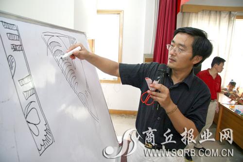 门老师为小记者介绍剪纸的方法与窍门
