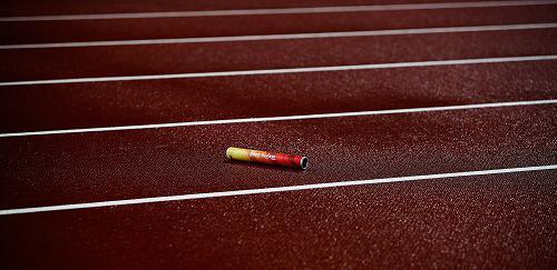 比賽中掉落在跑道上的接力棒.圖片