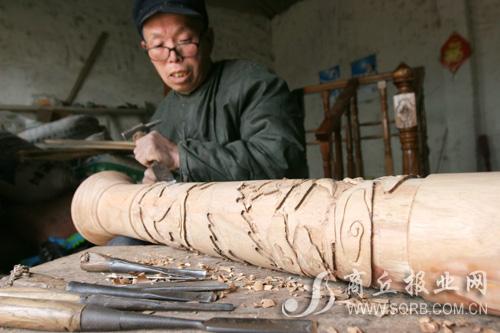 一块普普通通的木头在村民手中,很快就能旋出形态各异的用具,他们的