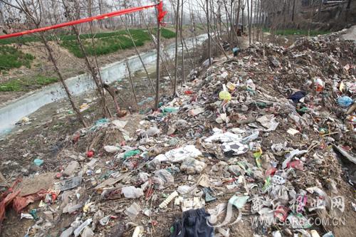万堤沟岸边,这样的垃圾堆随处可见