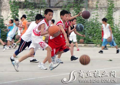 小学生暑期运动花样多