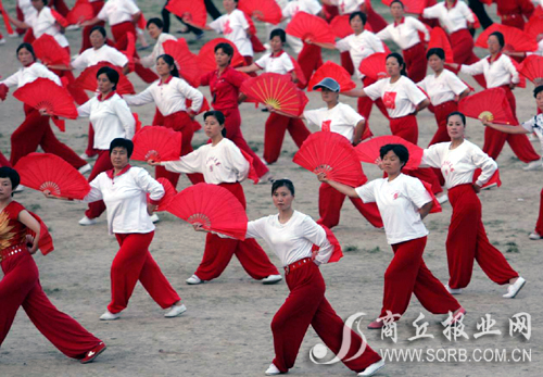 商丘新闻近千名群众在市体育场排练木兰扇舞龙描述的成语图片
