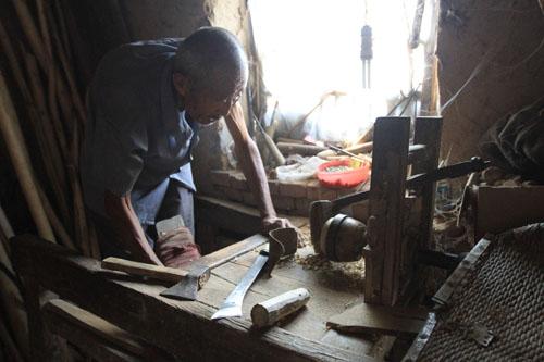 """闫集镇曲庄村人把自己加工的木头玩具称作""""旋木玩具"""""""