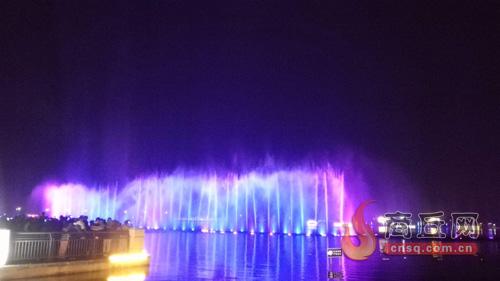 那么,我市日月湖的大型音乐喷泉都是在什么时间开放,又有哪些精彩的