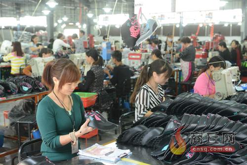 工人在制鞋车间作业