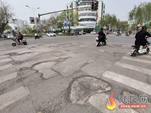 商丘市梁园区:八一路与金银路交叉口路面遍布坑洼 市民呼吁维修